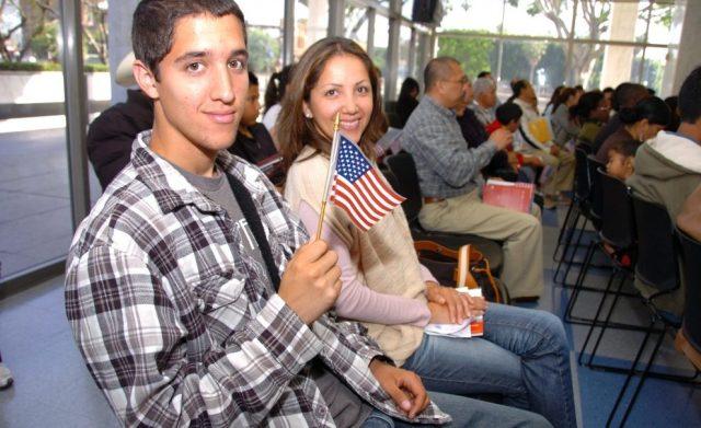 La retórica antiinmigrante de Trump anima a latinos a naturalizarse y votar