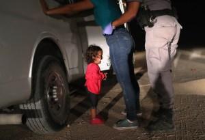 niña llora en frontera