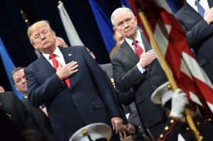 Donald Trump y Jeff Sessions juramentan frente a bandera