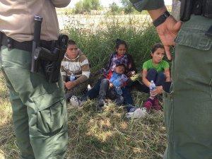 Niños migrantes separados en frontera por Patrulla Fronteriza