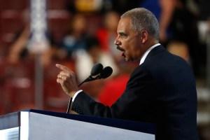 Eric Holder habla durante la convención nacional demócrata 2016 en Filadelfia
