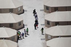 Campamento de carpas para niños migrantes en Tornillo, Texas